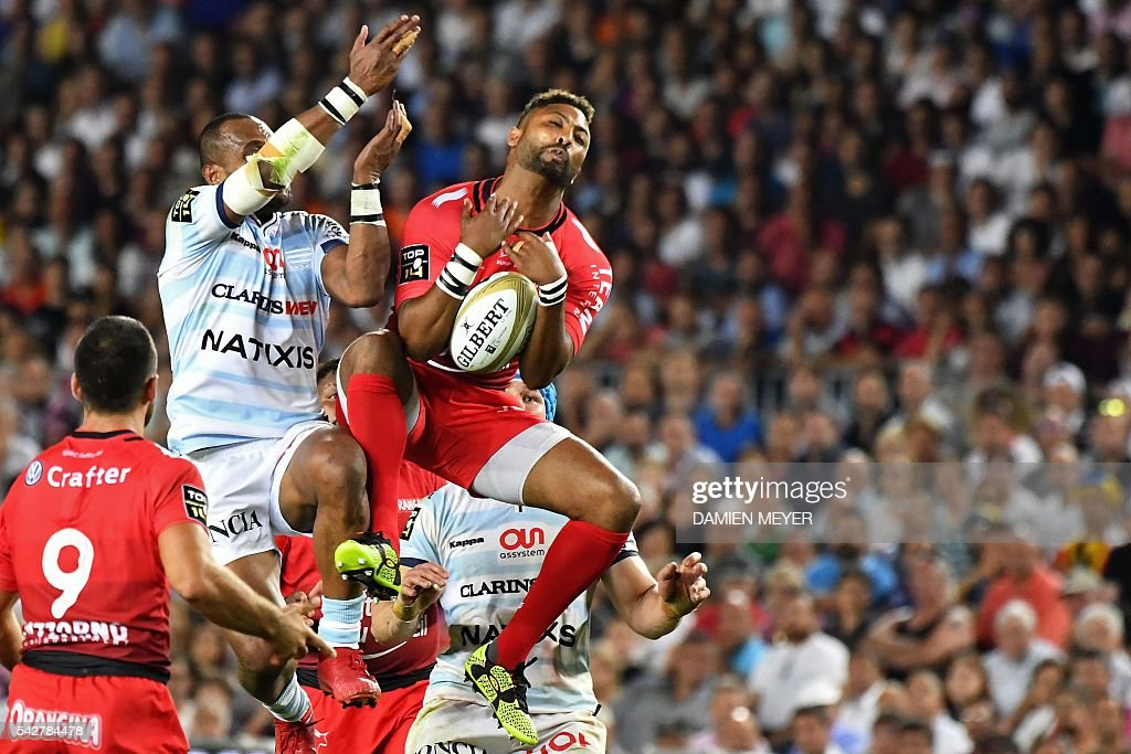 RC Toulon's English fullback Delon Armitage (R) grabs the ball despite Racing Metro 92's New Zealander wing Joe Rokocoko during the French Top14 rugby union final match Toulon vs Racing 92 at the Camp Nou stadium in Barcelona on June 24, 2016. / AFP / DAMIEN