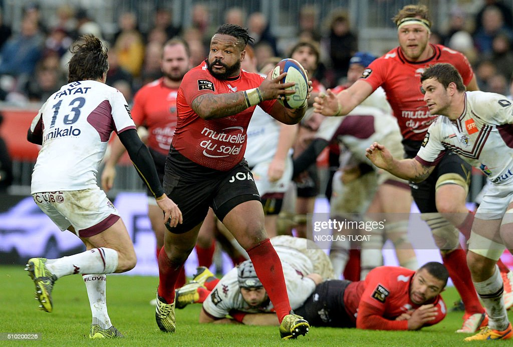 Toulon's French centre Mathieu Bastareaud (C) runs with the ball during the French Top 14 rugby union match between Bordeaux-Begles and Toulon on February 14, 2016 at the Matmut Atlantique stadium in Bordeaux, southwestern France. AFP PHOTO / NICOLAS TUCAT / AFP / NICOLAS TUCAT