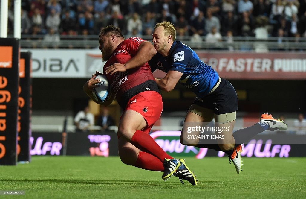 Toulon's French prop Xavier Chiocci (L) scores a try during the French Top 14 rugby union match between Montpellier and Toulon, on May 29, 2016, at the Altrad Stadium in Montpellier, southern France.