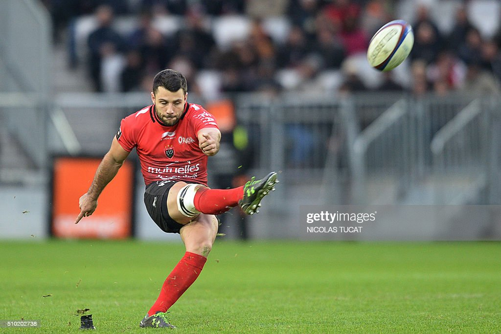 Toulon's French scrum-half Jonathan Pelissie kicks a penalty during the French Top 14 rugby union match between Bordeaux-Begles and Toulon on February 14, 2016 at the Matmut Atlantique stadium in Bordeaux, southwestern France. AFP PHOTO / NICOLAS TUCAT / AFP / NICOLAS TUCAT