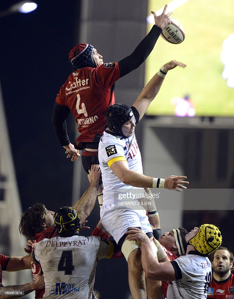 RC Toulon's lock Nicolas Kennedy (C) grabs the ball in a line-out during the French Top 14 rugby union match Rugby Club Toulonnais vs Mont-de-Marsan at the Mayol stadium on January 25, 2013 in Toulon, southern France. AFP PHOTO/GERARD JULIEN