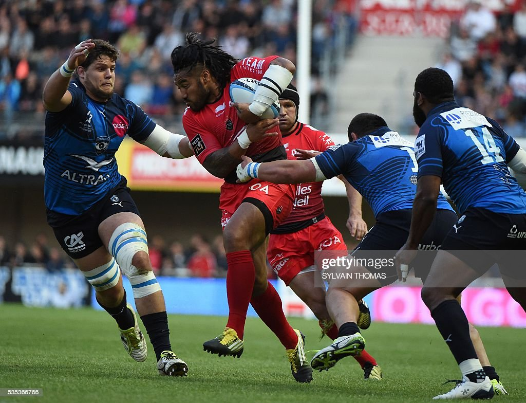 Toulon's New Zealander centre Ma'a Nonu (C) vies with Montpellier's South African lock Paul Willemse (L) and Georgian prop Misha Nariashvili (R) during the French Top 14 rugby union match between Montpellier and Toulon, on May 29, 2016, at the Altrad Stadium in Montpellier, southern France.