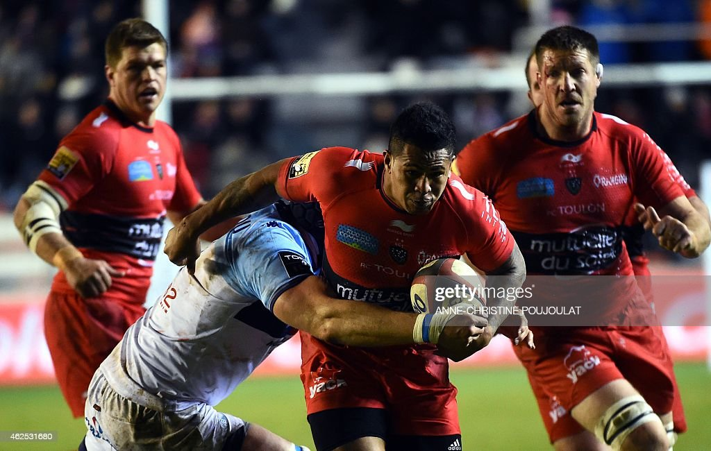 RC Toulon's New Zealander lock David Smith vies with Bayonne's Jean Moribont during the French Top 14 rugby union match Toulon vs Bayonne at the...