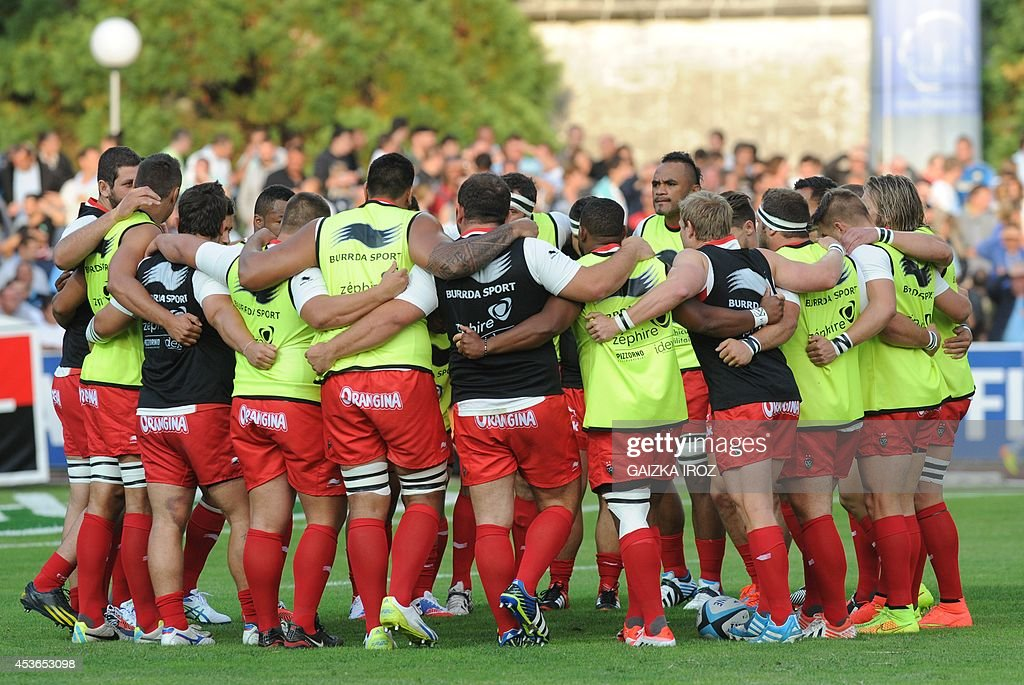 Toulon's players gather prior to the French Top 14 rugby union match between Aviron Bayonnais and Racing ClubToulon on August 152014 at the Jean...