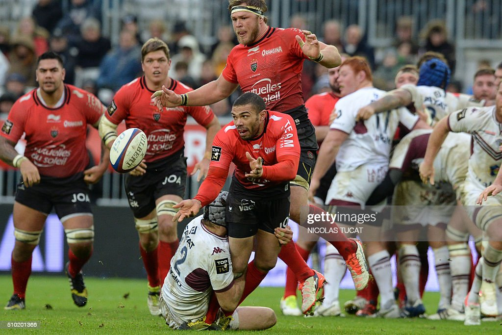 Toulon's South African wing Bryan Habana (C) passes the ball during the French Top 14 rugby union match between Bordeaux-Begles and Toulon on February 14, 2016 at the Matmut Atlantique stadium in Bordeaux, southwestern France. AFP PHOTO / NICOLAS TUCAT / AFP / NICOLAS TUCAT