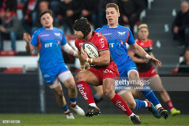 RC Toulon's Welsh fullback Leigh Halfpenny vies with Llanelli's full back from Wales Liam Williams during the European Rugby Champions Cup match...