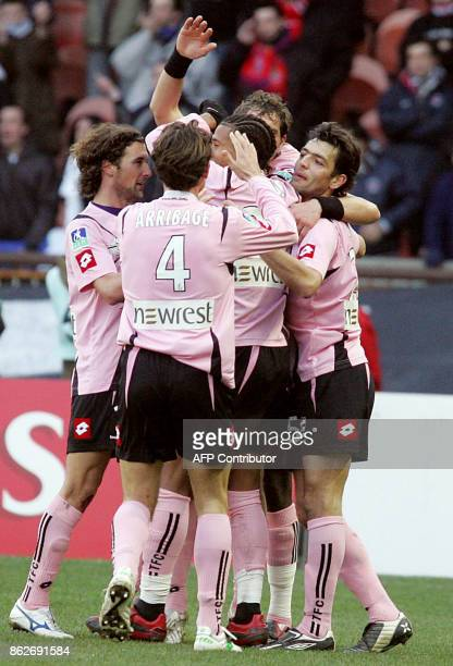 Toulouse players celebrate after the goal of Swedish forward Johan Elmander during their French L1 football match Paris vs Toulouse 15 December 2007...