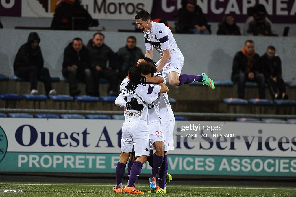 Toulouse's Danish forward Martin Braithwaite celebrates after scoring a goal with his teammates during the French L1 football match between Lorient and Toulouse on February 15, 2014 at the Moustoir stadium in Lorient, western France. AFP PHOTO / JEAN-SEBASTIEN EVRARD