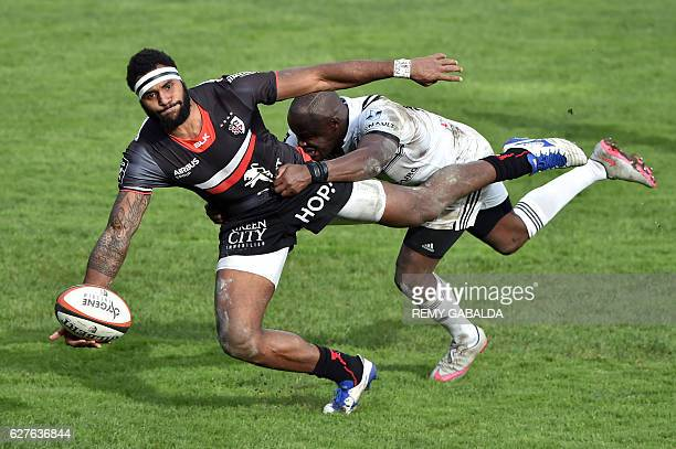 Toulouse's Fidji winger Semi Kunatani is blocked by Brive's Zimbabwe winger Takudzwa Ngwenya as he runs with the ball during the French Top 14 rugby...