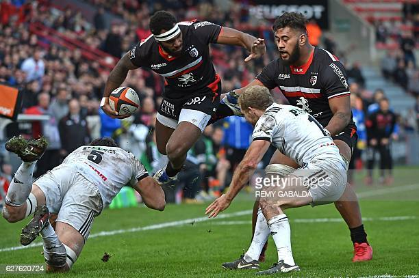 Toulouse's Fidji winger Semi Kunatani jumps next to Toulouse's New Zealand lock Edwin Maka during the French Top 14 rugby match between Stade...