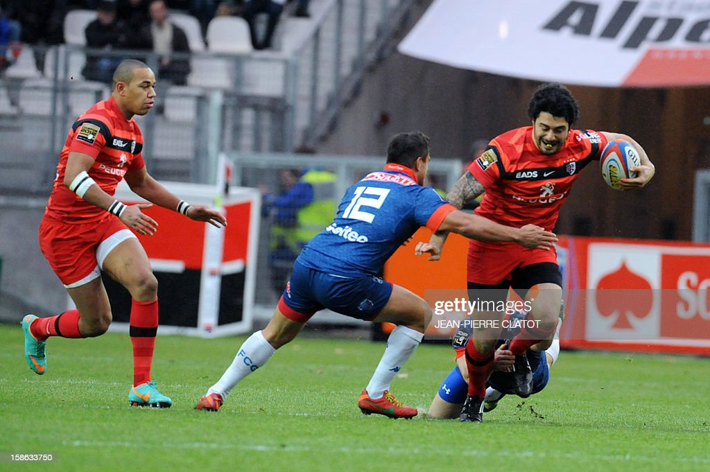 Toulouse's French centre Yann David (R) vies with Grenoble's New Zealand's centre Nigel Hunt during the French Top 14 rugby union match Grenoble (FCG) vs Stade Toulousain (ST) on December 22, 2012 at the Stade des Alpes in Grenoble AFP PHOTO / Jean Pierre Clatot