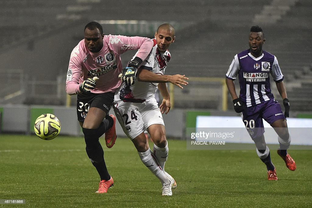 Toulouse's French Comorian goallkeeper <a gi-track='captionPersonalityLinkClicked' href=/galleries/search?phrase=Ali+Ahamada&family=editorial&specificpeople=7552244 ng-click='$event.stopPropagation()'>Ali Ahamada</a> (L) vies with Bordeaux's French Tunisian midfielder Wahbi Khazri (C) during the French L1 football match Toulouse vs Bordeaux on March 21, 2015 at the Municipal Stadium in Toulouse. AFP PHOTO/ PASCAL PAVANI