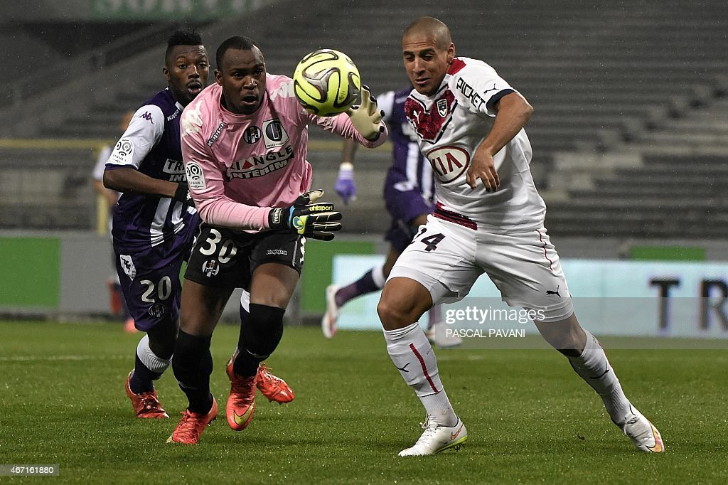 Toulouse's French Comorian goallkeeper <a gi-track='captionPersonalityLinkClicked' href=/galleries/search?phrase=Ali+Ahamada&family=editorial&specificpeople=7552244 ng-click='$event.stopPropagation()'>Ali Ahamada</a> (C) vies with Bordeaux's French Tunisian midfielder Wahbi Khazri (R) during the French L1 football match Toulouse vs Bordeaux on March 21, 2015 at the Municipal Stadium in Toulouse. AFP PHOTO/ PASCAL PAVANI