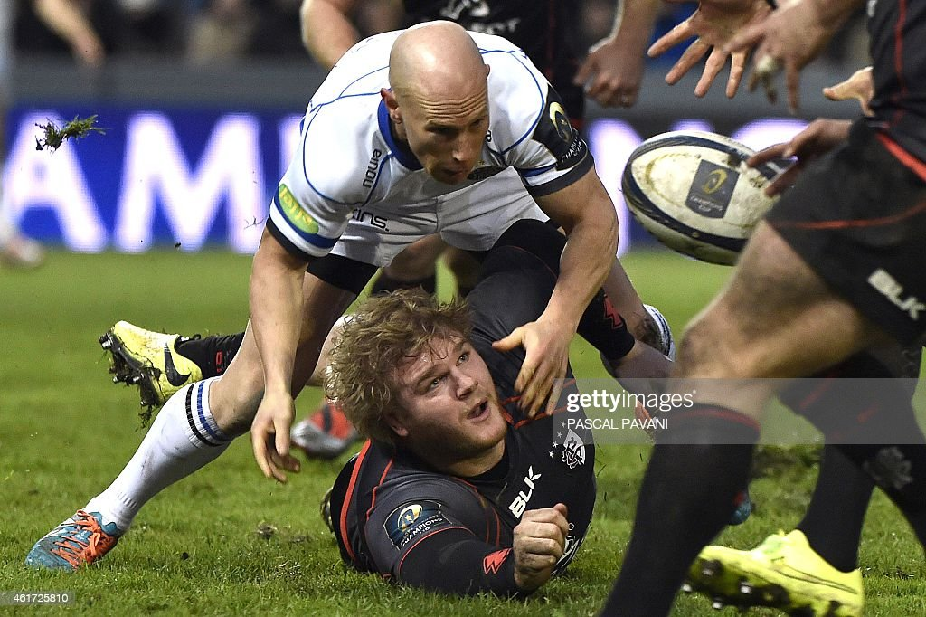 Toulouse's French flanke rGillian Galan vies for the ball with Bath's English lock Matthew Garvey during the European Rugby Union Champions Cup match...