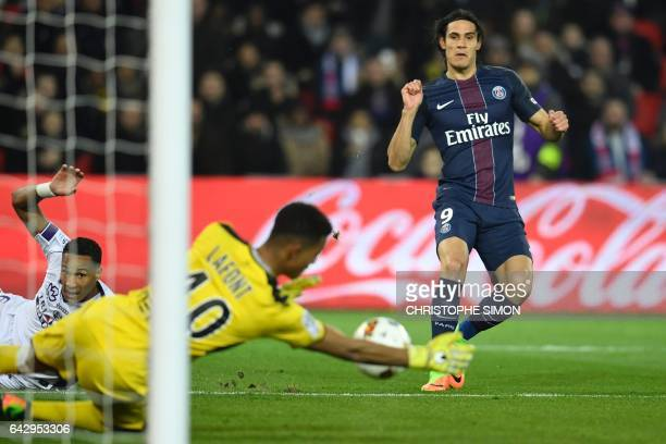 Toulouse's French goalkeeper Alban Lafont stops the ball kicked by Paris SaintGermain's Uruguayan forward Edinson Cavani during the French L1...