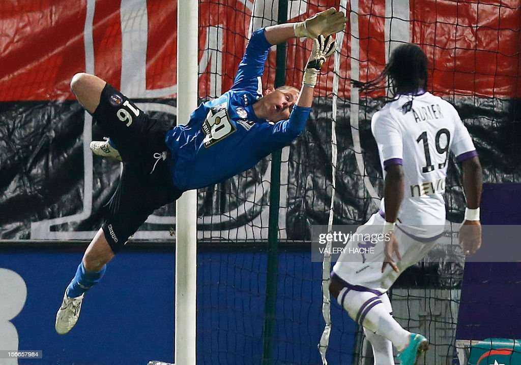 Toulouse's French goalkeeper Olivier Blondel stops the ball during the French L1 football match Nice (OGCN) versus Toulouse (TFC), on November 18, 2012 at the Ray stadium in Nice, southeastern France. Nice won 1-0. AFP PHOTO / VALERY HACHE