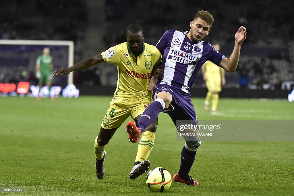 Toulouse's French midfielder Alexis Blin vies with Nantes' French defender Youssouf Sabaly (L) during the French L1 football match Toulouse against Nantes on February 6, 2016 at the Municipal Stadium in Toulouse. AFP PHOTO / PASCAL PAVANI / AFP / PASCAL PAVANI