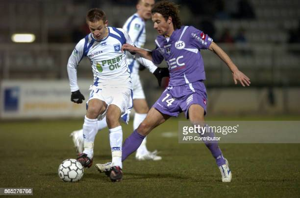 Toulouse's French midfielder Pantxi Gilles Sirieix fights for the ball with Auxerre's French midfielder Benoit Pedretti on February 16 2008 at Abbe...