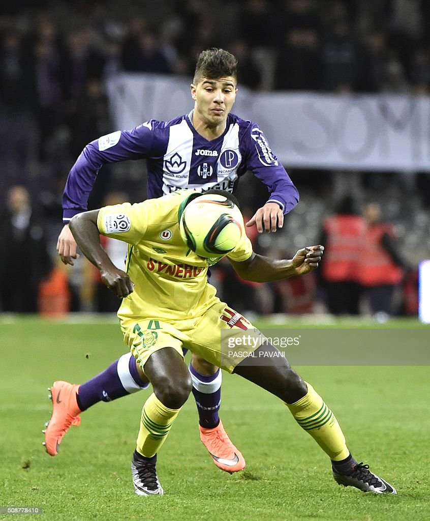 Toulouse's French midfielder Zinedine Machach (up) vies with Nantes' French defender Youssouf Sabaly during the French L1 football match Toulouse against Nantes on February 6, 2016 at the Municipal Stadium in Toulouse. AFP PHOTO / PASCAL PAVANI / AFP / PASCAL PAVANI