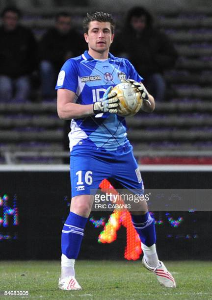 Toulouse's goalkeeper Cedric Carasso holds the ball during the French L1 football match Toulouse vs Le Mans on February 7 2009 at the stadium in...