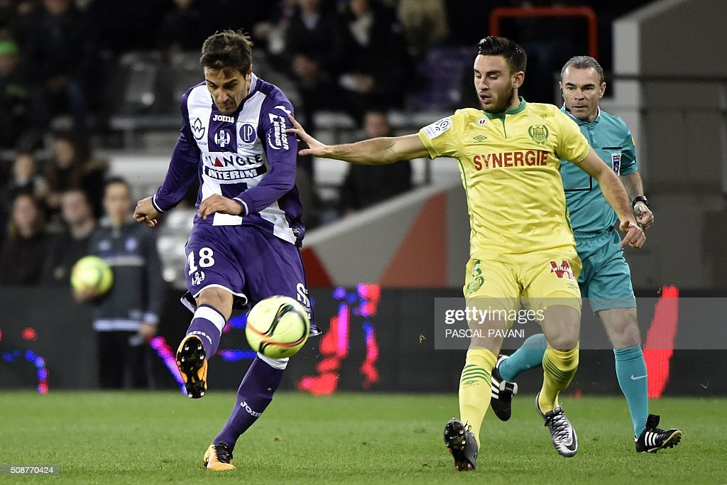 Toulouse's Italian Argentinian midfielder Oscar Trejo (L) vies with Nantes' French defender Lorik Cana during the French L1 football match between Toulouse and Nantes at the Municipal Stadium in Toulouse on February 6, 2016. AFP PHOTO / PASCAL PAVANI / AFP / PASCAL PAVANI