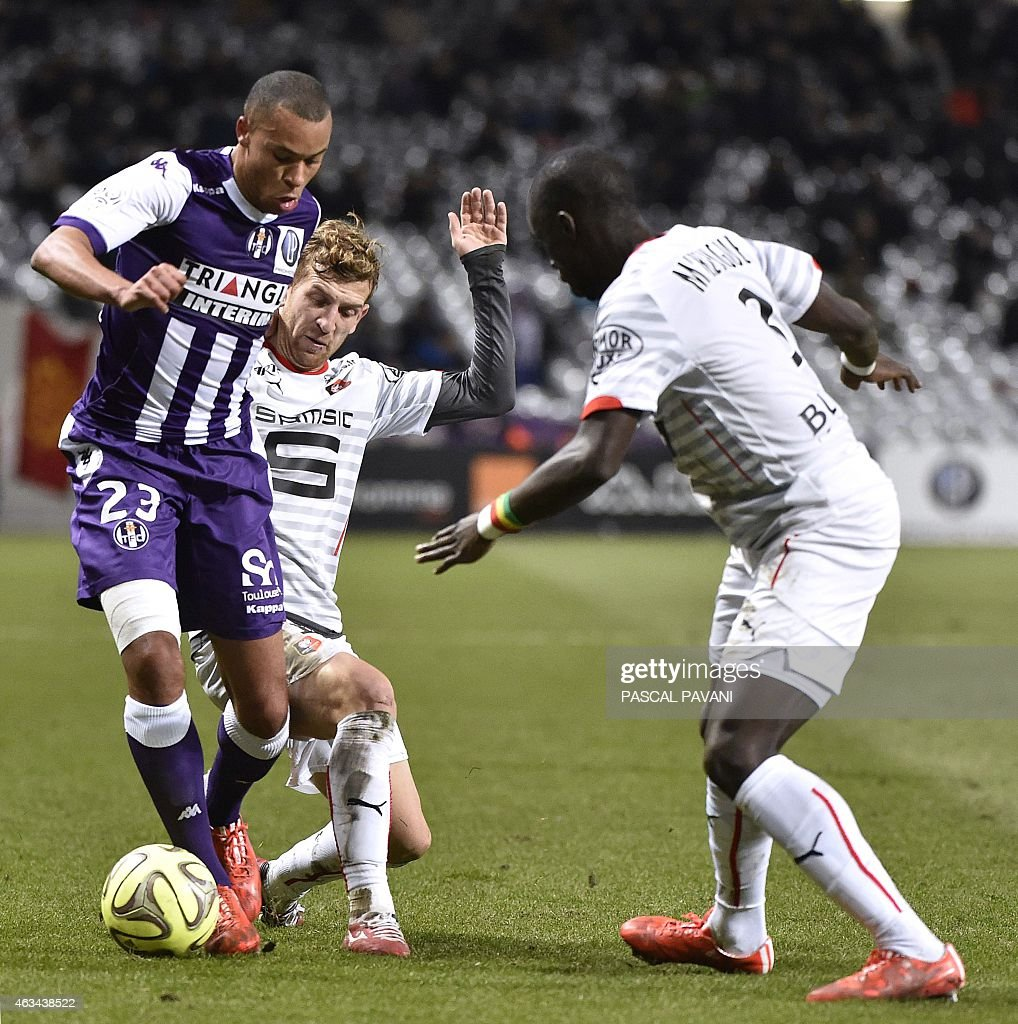 Toulouse's Italian Argentinian midfielder <a gi-track='captionPersonalityLinkClicked' href=/galleries/search?phrase=Oscar+Trejo&family=editorial&specificpeople=4299750 ng-click='$event.stopPropagation()'>Oscar Trejo</a> (L) vies with Rennes' French midfielder Vincent Pajot (C) and Rennes' French Senegalese defender Cheik Mbengue during the French L1 football match between Toulouse and Rennes at the Municipal Stadium in Toulouse on February 14, 2015.