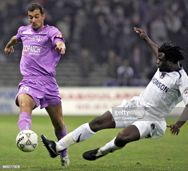 Toulouse's mildfielder Pantxi Siriex vies with Paris' Cameroonian mildfielder Modeste M'Bami during the French L1 football match Toulouse vs Paris 12...