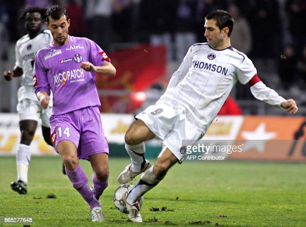 Toulouse's mildfielder Pantxi Siriex vies with Paris' Portuguese forward Pedro Miguel Pauleta during the French L1 football match Toulouse vs Paris...