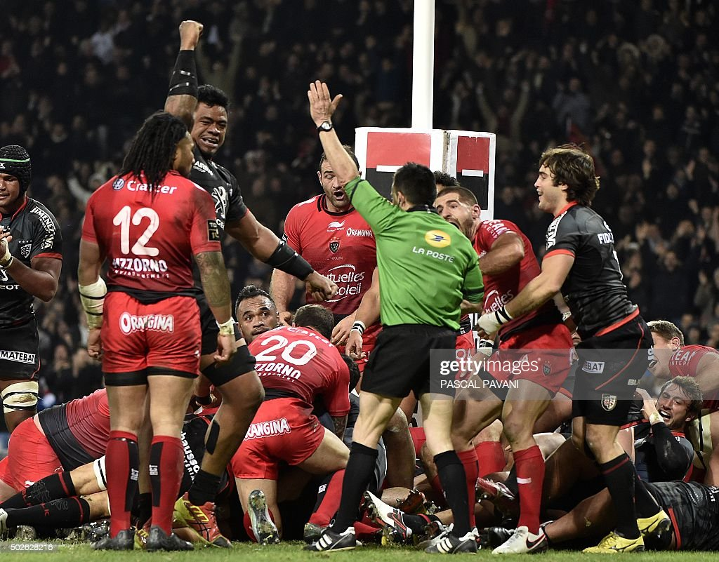 toulouse u0026 39 s players celebrate after scoring a try during