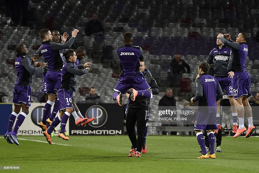 Toulouse's players warm up before the French L1 football match between Toulouse and Nantes at the Municipal Stadium in Toulouse on February 6, 2016. AFP PHOTO / PASCAL PAVANI / AFP / PASCAL PAVANI