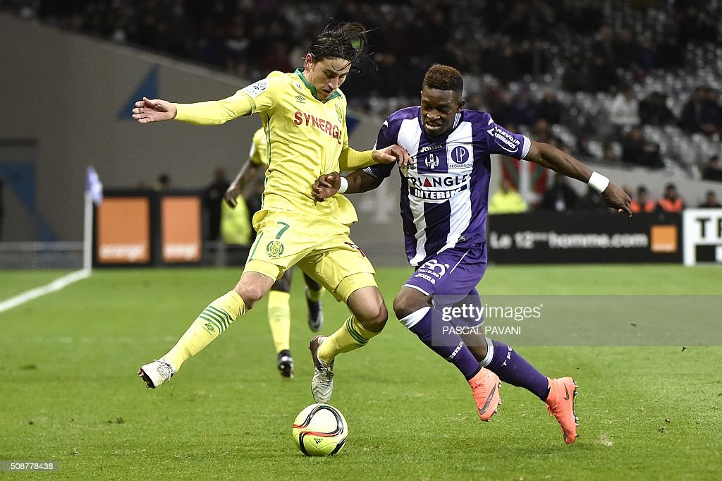 Toulouse's Swiss defender Jacques François Moubandje (R) vies with Nantes' US midfielder Alejandro Bedoya during the French L1 football match Toulouse against Nantes on February 6, 2016 at the Municipal Stadium in Toulouse. AFP PHOTO / PASCAL PAVANI / AFP / PASCAL PAVANI