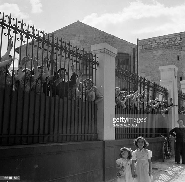 Tour De France 1954 France lors du Tour de France cycliste de juillet 1954 des ouvrières en blouse se sont amassées derrière les grilles pour...