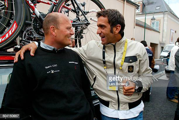 Tour de France stage 6 Bjarne Riis Team CSC talking to former ParisRoubaix winner Franco Ballerini