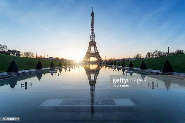 Tour Eiffel : sunrise during a frozen morning