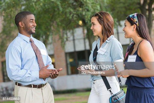 ツアーガイドをして潜在的な学生の大学のキャンパスを訪問