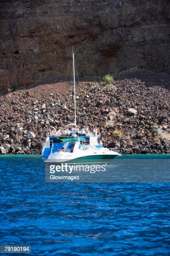 Tourboat in the sea, Captain Cook's Monument, Kealakekua Bay, Kona Coast, Big Island, Hawaii islands, USA : Foto de stock