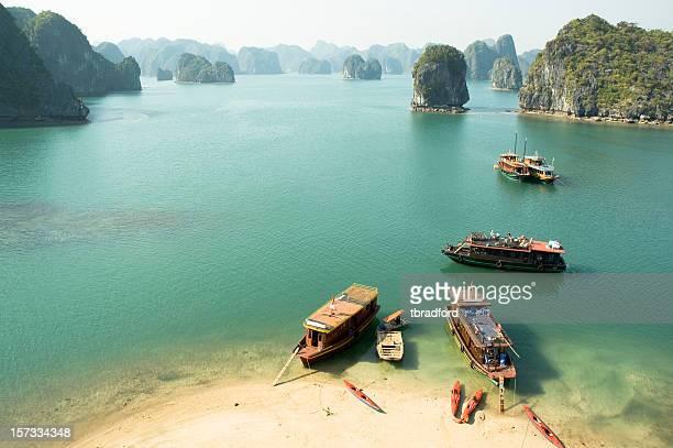 Bateaux touristiques de la Baie d'Halong, Vietnam