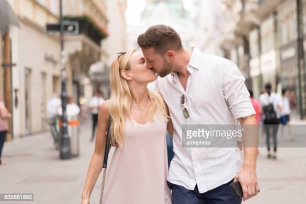 Touristen-paar küssen Stadt brechen Wien Österreich