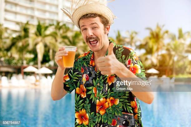 Turista bebiendo cerveza