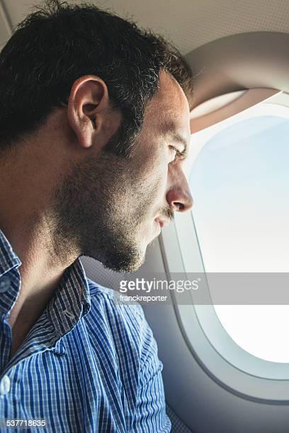 Touristes volant et regardant par le hublot
