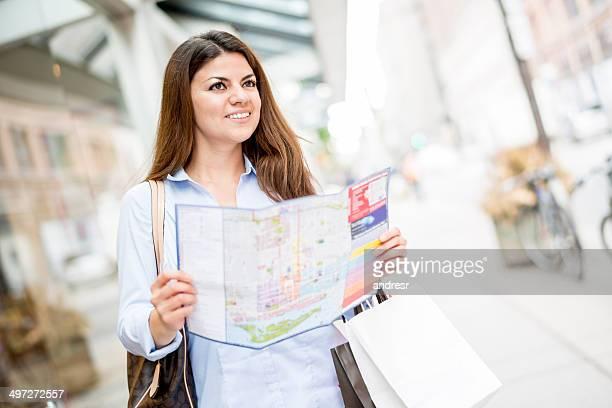 Touristen Halten einer Karte