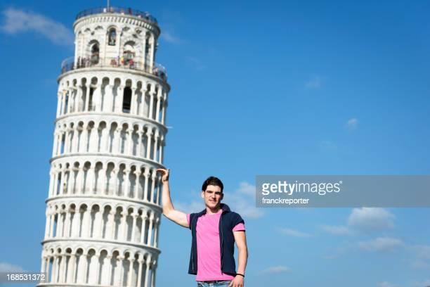 Turista tenendo la torre pendente di Pisa