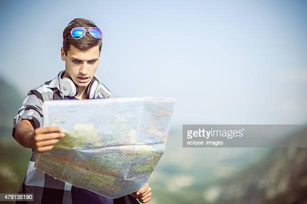 Touristen, die auf Karte
