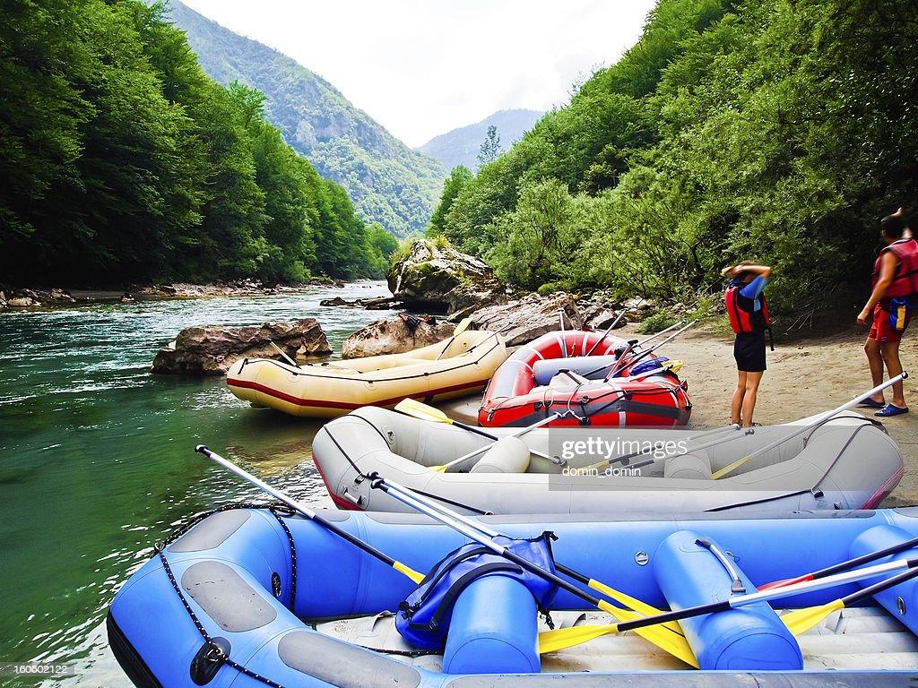 Turista il rafting sulle rapide su Tara River Canyon, Montenegro : Foto stock
