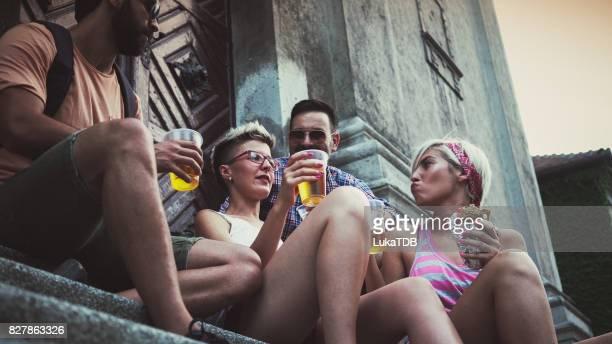 Touristique prend une pause et boire de la bière