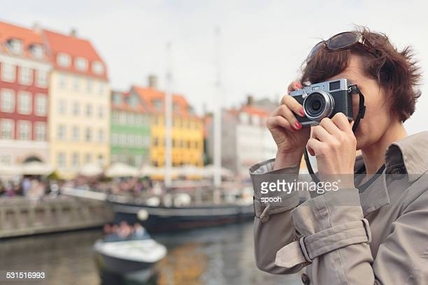 Touristes prenant des photos à Nyhavn, Copenhague.