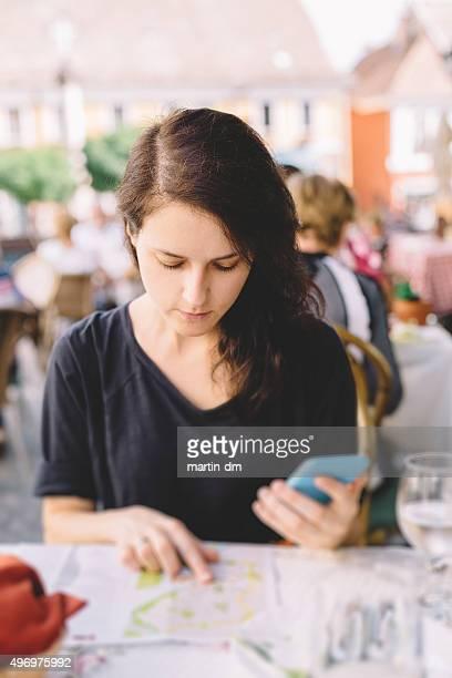 Touristes à l'aide de la carte dans un café