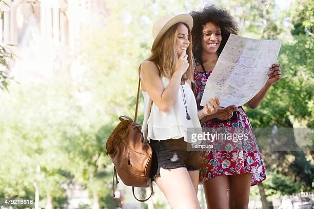 Tourist visita a Barcelona y mirando a un mapa.