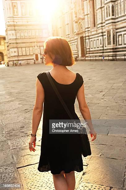 Touristen gehen auf der Piazza Del Duomo-Florence