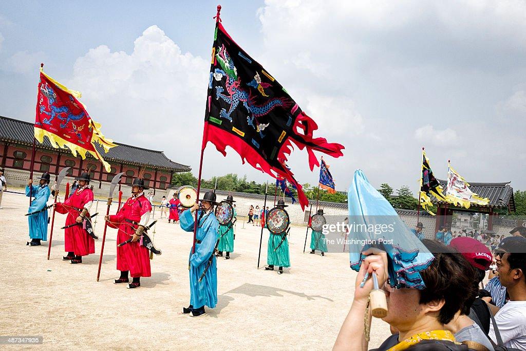 Tourist watch Changing Sumunjang the royal palace gate guard at Gyungbokgung Palace on Aug 1 2015 in Seoul South Korea Gyungbokgung is the royal...